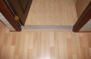 Межкомнатные двери с порогом: установка, виды и материалы
