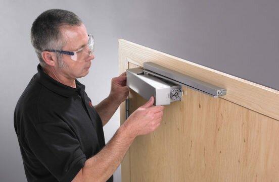 Как отрегулировать дверной доводчик