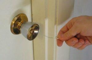 Как взломать дверной замок шпилькой или скрепкой